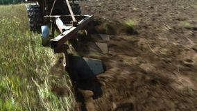Старый трактор вспахивая почву хуторянин акции видеоматериалы