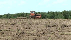 Старый трактор вспахивая почву хуторянин видеоматериал