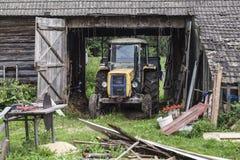 Старый трактор в гараже Стоковое Изображение RF