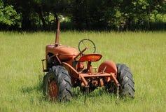 Старый трактор в поле Стоковые Изображения RF