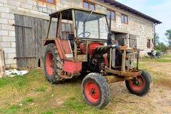 Старый трактор и амбар стоковая фотография