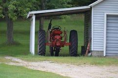 Старый трактор фермы, Remus, Мичиган Стоковое Изображение RF