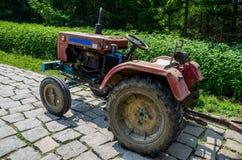 Старый трактор Стоковые Изображения