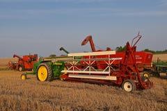 Старый трактор John Deere вытягивая swather Стоковое Изображение RF