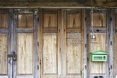 Старый традиционный тайский складывая деревянный орнамент панели двери стоковая фотография