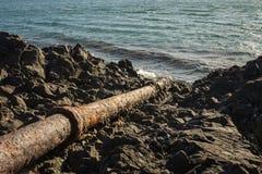 Старый трубопровод и берег моря Стоковые Фото