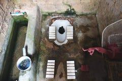 Старый туалет в доме сельской местности Стоковые Изображения