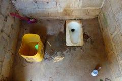 Старый туалет в доме сельской местности Стоковое Изображение