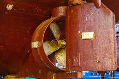 Старый тяжелый винт пропеллера ` s корабля ржавого сосуда кораблекрушением Стоковое Изображение