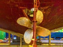 Старый тяжелый винт пропеллера ` s корабля ржавого сосуда кораблекрушением Стоковое фото RF