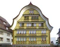 Старый уникально красочный дом в историческом средневековом старом городке Appenzell известно для своих красочных домов с покраше Стоковое фото RF