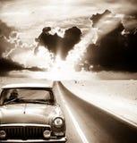 Старый управлять автомобиля на дороге Стоковое Изображение RF