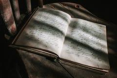 Старый учебник сочинительства стенографии стоковые фотографии rf