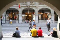 Старый улицы центр города внутри Bern стоковые изображения