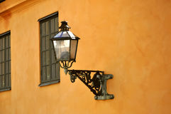 Старый уличный фонарь внутри он старый городок, Стокгольм Стоковые Изображения RF
