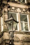 Старый уличный фонарь и викторианский дом Стоковая Фотография