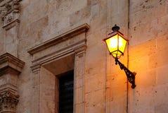 Старый уличный фонарь против стены Стоковые Фото