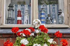 Старый фасад кирпича с деревянным окном и модельными маяками Стоковые Фото