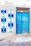 Старый фасад двери на голубом цвете Стоковая Фотография