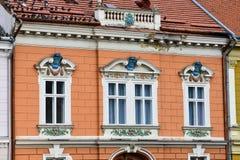 Старый фасад здания на квадрате соединения Стоковое Изображение RF