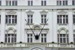 Старый фасад здания на квадрате соединения Стоковые Изображения