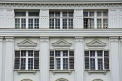 Старый фасад здания на квадрате соединения Стоковое Изображение