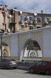 Старый фасад кирпича дома с кондиционером Стоковое Изображение RF