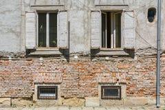 Старый фасад дома кирпича с окнами Стоковая Фотография RF