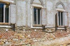 Старый фасад дома кирпича с окнами Стоковые Фотографии RF