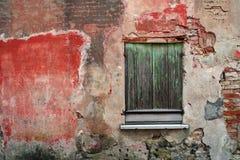 Старый фасад с окном стоковые изображения rf