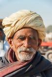 Старый фермер скотин с желтым тюрбаном Стоковые Изображения
