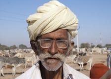 Старый фермер скотин с тюрбаном и стеклами Стоковые Фото