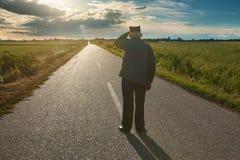 Старый фермер стоя в середине дороги стоковое изображение rf