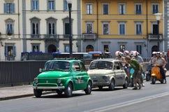 Старый Фиат 500 и самокат и мотоцикл Vespa парад через Флоренс Стоковые Изображения