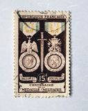 Старый фиолетовый французский штемпель почтового сбора празднуя столетие воинского медали в 1956 стоковое изображение rf