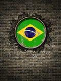 Старый флаг Бразилии в кирпичной стене иллюстрация штока