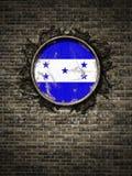 Старый флаг Гондураса в кирпичной стене бесплатная иллюстрация