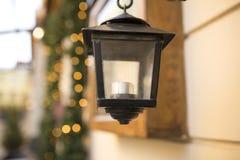 Старый фонарик улицы на предпосылке запачканных светов Стоковые Фотографии RF