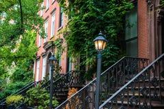 Старый фонарный столб около квартир красного кирпича, Нью-Йорк Стоковые Фото
