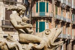 Старый фонтан в историческом центре Сиракуза, острова Сицилии стоковые изображения