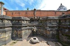 Старый фонтан в Bhaktapur Непал Теперь разрушенный после массы Стоковая Фотография RF