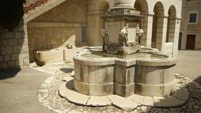 Старый фонтан на меньшей деревне в Pre Alpes в южной Франции видеоматериал