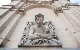 Старый фонтан с готической скульптурой человека от моря, иносказательных диаграмм исторического города стоковые фото
