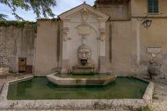 Старый фонтан Фонтана del Mascherone на стене thirtee стоковое изображение rf