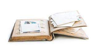 Старый фотоальбом с фото и открытками изолированными на белизне стоковая фотография rf
