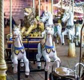 Старый французский carousel в парке праздника 3 лошади и самолета на традиционном годе сбора винограда ярмарочной площади Весел-и Стоковые Фото