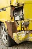 Старый фургон автомобиль утечка автошины стоковые изображения rf