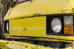 Старый фургон автомобиль утечка автошины стоковая фотография