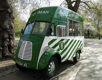 Старый фургон мороженого Морриса Стоковая Фотография