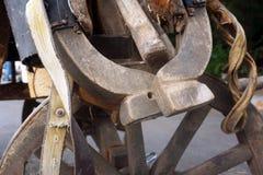 Старый хомут для обуздывать лошадей проекта используемых на ферме Аксессуары в старой конюшне стоковая фотография